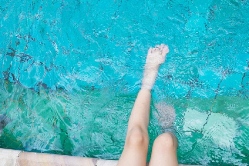 Protégete de las verrugas plantares o papilomas en las piscinas y playas