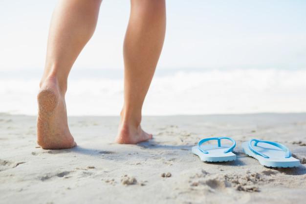 Los peligros de usar sandalias planas durante horas