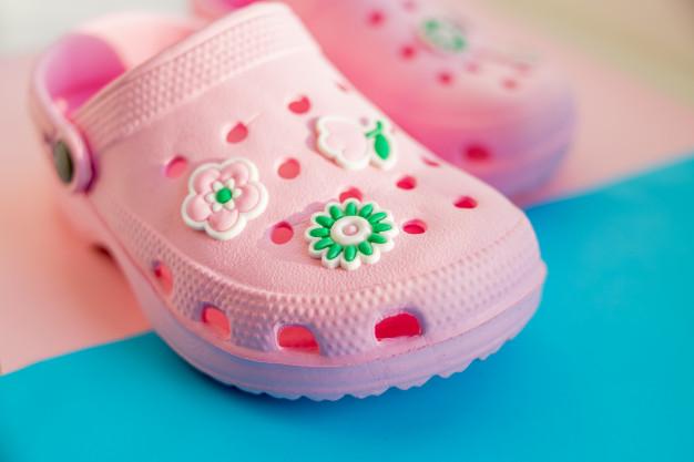 Sandalias de goma, una peligrosa moda para los niños
